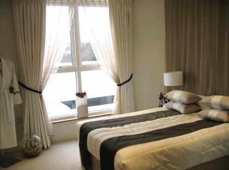 gorden dan vitrase yang tepat untuk jendela kamar tidur