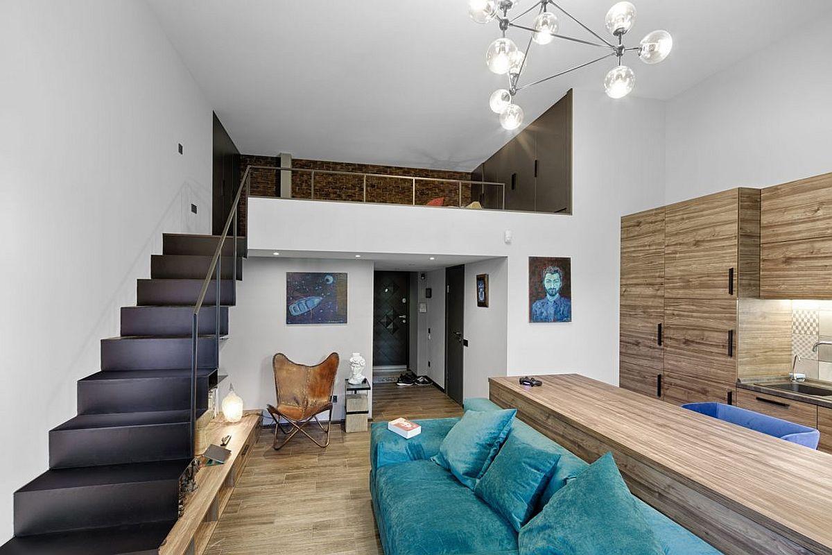ruang tamu yang ada mezzaninenya dan pastinya keren