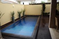 kolam renang pribadi belakang rumah