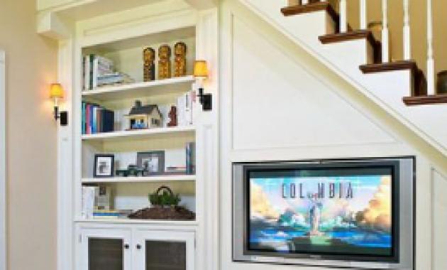 rak tv dan rak pajangan di ruang bawah tangga