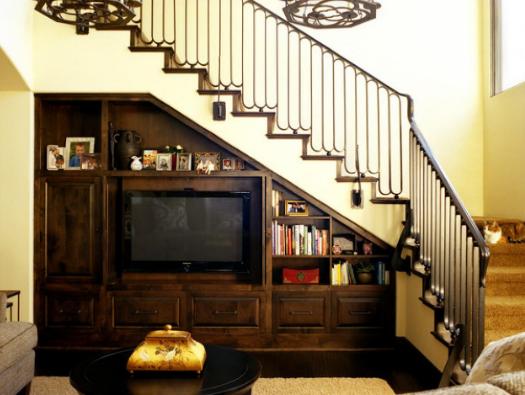 ruang bawah tangga untuk rak tv pada ruang tamu - Desain ...