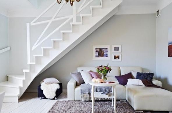 ruang tamu cozy untuk orang terdekat pada ruang bawah tangga