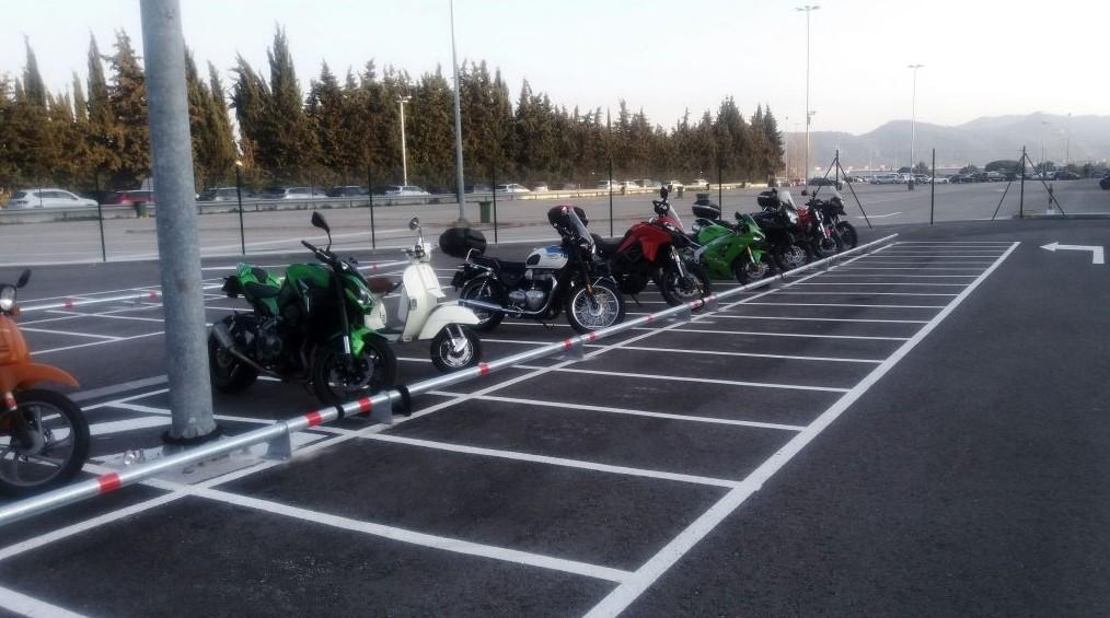 tempat parkir motor besar yang luas