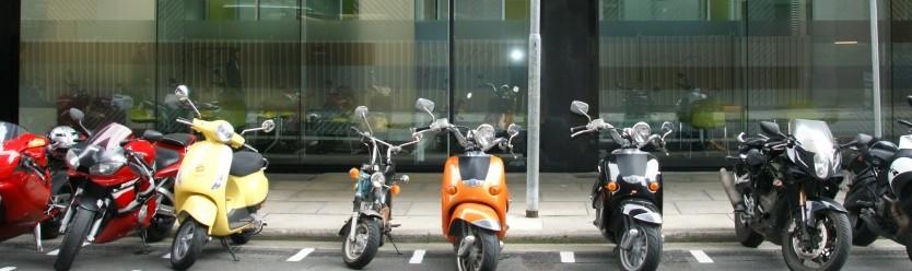 tempat parkir yang lengang ga sempit untuk motor bagus