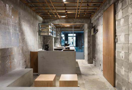 desain dinding dan lantai yang seperti belum selesai
