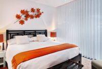 ornamen orange di kamar putih