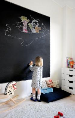 papan tulis hitam besar di kamar anak