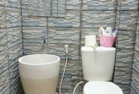 kamar mandi sederhana dengan bak mandi unik