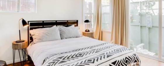 kamar-tidur-tamu-putih-bersih